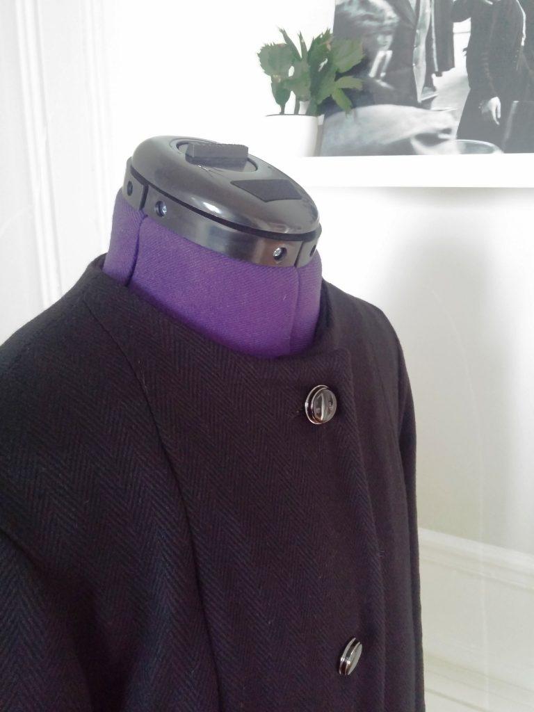 Col rond du manteau en laine