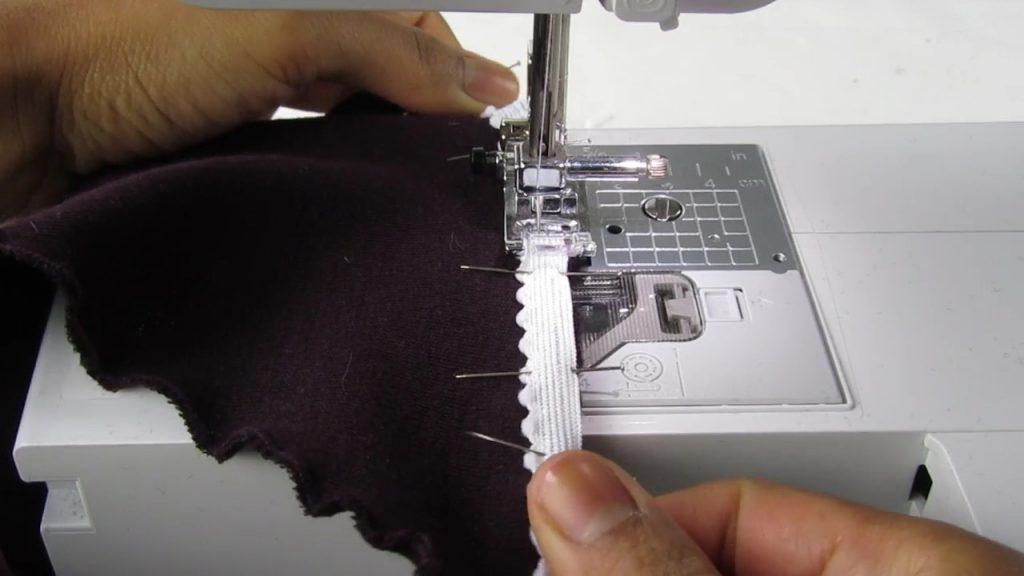 Couture de l'élastique d'une culotte