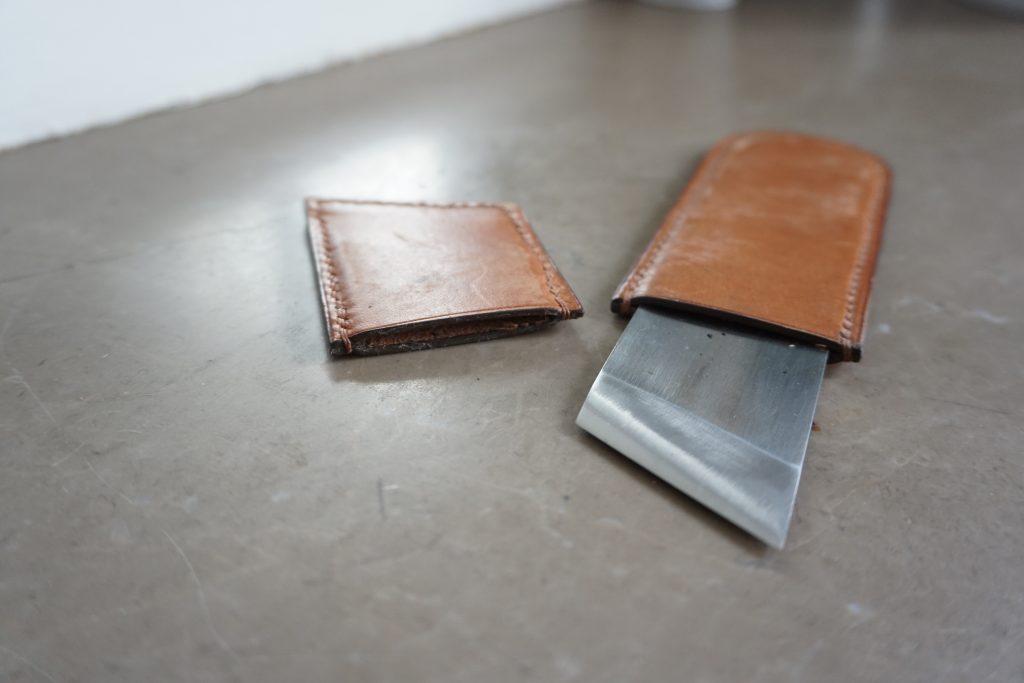 Mon couteau à parer dans son étui en cuir